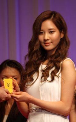 ソヒョンさんは白のドレスで目立っていた