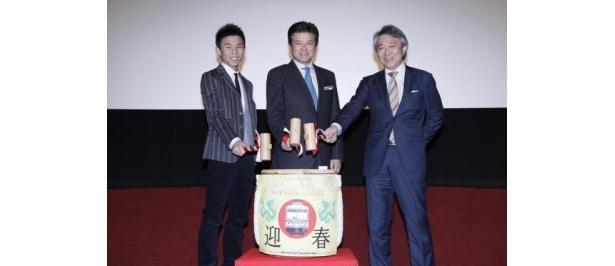 『RAILWAYS 愛を伝えられない大人たちへ』の大ヒット御礼舞台挨拶を行った、左から、中尾明慶、三浦友和、製作総指揮の阿部秀司