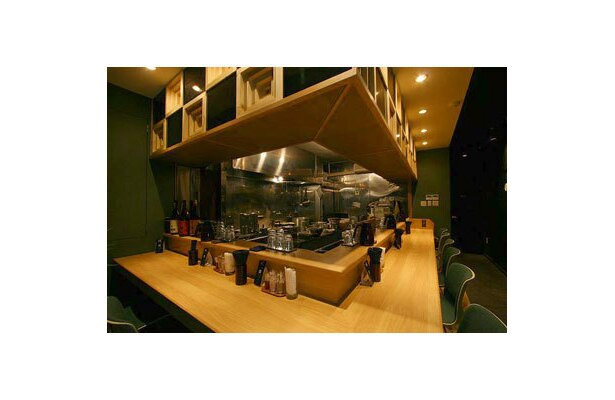 【麺屋 宗&SOU 中目黒店】デザイン性・機能性を備えるグリーンの椅子などでおしゃれな店内。スタイリッシュな雰囲気がラーメン店のイメージを更に向上させている