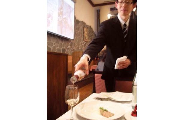 桜色のワインをサーブしてもらう。流れ落ちる美しさにうっとり