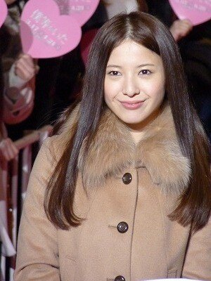 ファーコートを着こなす吉高由里子さん