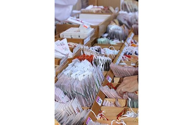 東京大神宮のお守り販売コーナー