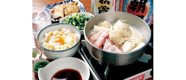 コラーゲンたっぷり地鶏鍋(手前右680円〜)など