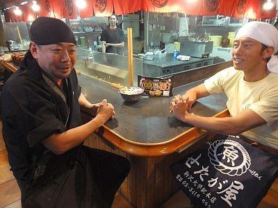 「無鉄砲」店主の赤迫重之さん(左)と「せたが屋」店主の前島司さん(右)