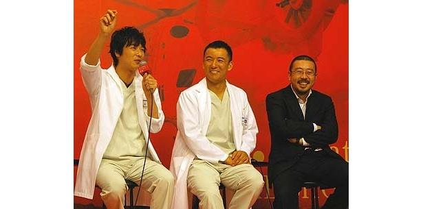 救命救急センター看護師・山本太郎(中央)は、救急救命医・佐藤拓馬役。右が中村義洋監督