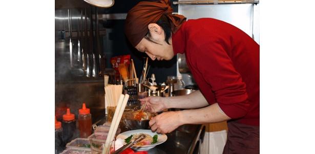 麺屋武蔵本店の矢都木さん。調理中は真剣そのもの