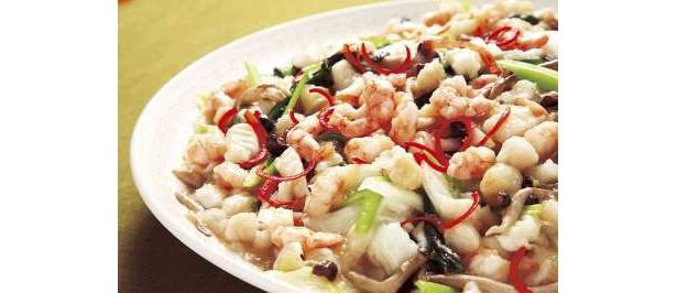 ブッフェ グランチャイナの三種海鮮と野菜のサフラン炒め。ディナータイム登場のメニューだ