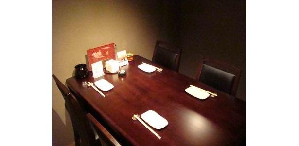 テーブル席の個室はプライベート感たっぷり