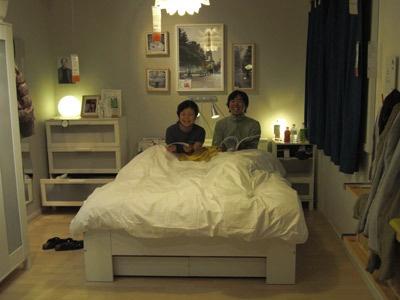 イケアのルームセットのベッドで眠る