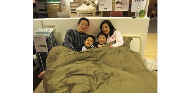 眠る前に家族で記念写真