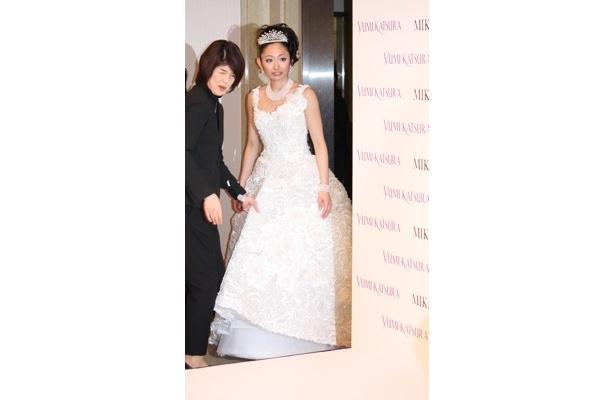 【画像】総額3500万円のウエディングドレス! アコヤ真珠を約1万3000個使用した