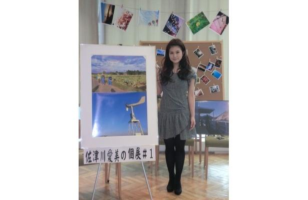 (本人の横に拡大して展示している写真2枚は、)「上が茨城県で、下が房総半島で撮影したものです」とコメント