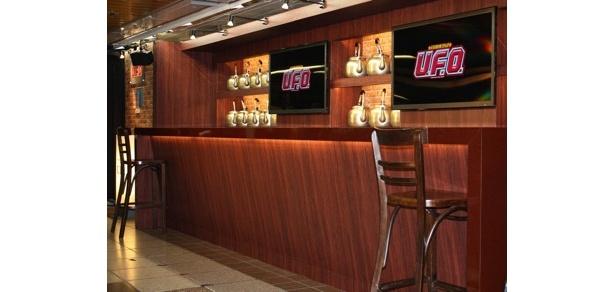 東京メトロ新宿駅地下通路 メトロプロムナードに登場した「ヤキソBAR U.F.O.」は、世界初のカップ焼きそば専門カウンターBAR