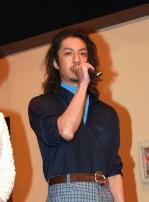 松本寛也は「いつもはこんな格好じゃないんですよ?」とおどけて会場を沸かす 松本寛也は「いつもはこ