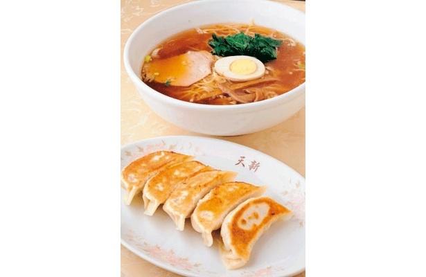 中国料理天新のラーメン(写真上・525円)と焼き餃子(写真下・500円)