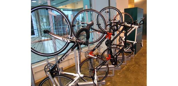 自転車の駐輪場も併設し、通称ジテツウをする人にも愛用されている「ランナーズステーションプラスバイク麹町」