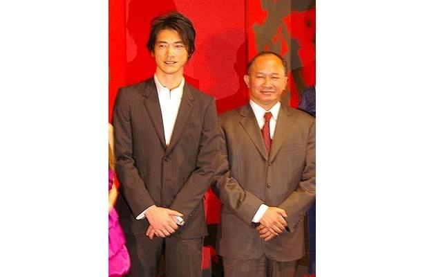 完成イベントで舞台挨拶をしたジョン・ウー監督(右)と金城武