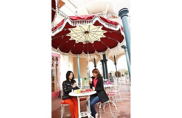 【写真】「スウィートハート・カフェ」のテラス席で、パーク限定のランチを堪能しよう!