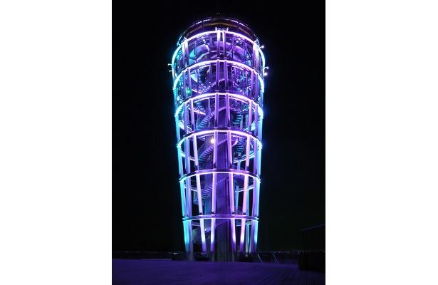 新しく導入されたLED投光器によるライトアップショーでは、色が次々と変化