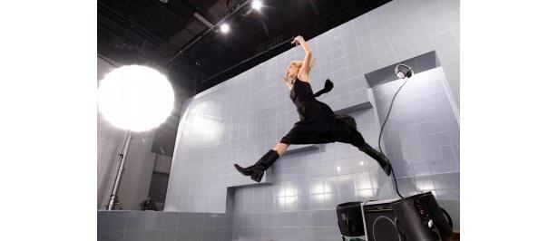 2段積みしたギターアンプの高い場所から、ダイナミックにジャンプする土屋アンナさん