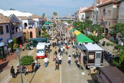 グルメイベント開催時の様子。週末はカップルや家族連れなど大勢の人が集まる