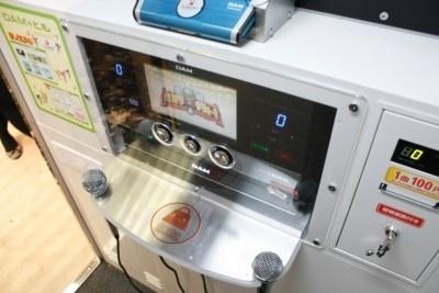 通常のカラオケ店にあるカラオケ最新機種を装備