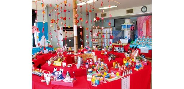 手作りの人形が集まる「ちっちゃいひな祭り」も