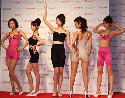 女性の体型をアファベットのY・S・I・O・Aの形に見立て、それに合わせてポージング