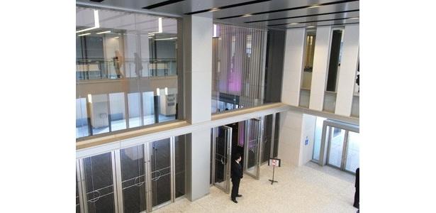 開放的な空間のエントランスホール。