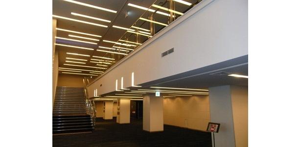 ホワイエは2階までの吹き抜けで開放的な空間。