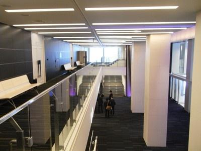 ホワイエの2階も明るい空間に。