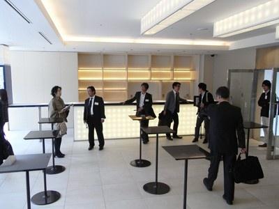 グッズ販売やカフェ&バーなどが設置されるラウンジ。