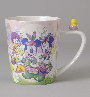 ヒヨコがちょこんと乗ったキュートなマグカップ。表にはウサギの耳を付けたミッキー&ミニーが(1300円)