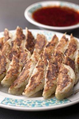 餃子専門店 としや/東大阪の郊外に軒を構える餃子専門店が百貨店デビュー!1日3000個以上売れる事もあるひと口サイズの餃子は必食だ。