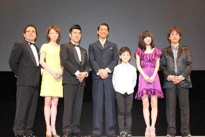 舞台あいさつに登場した映画『ワーキング・ホリデー』のキャスト陣と岡本浩一監督