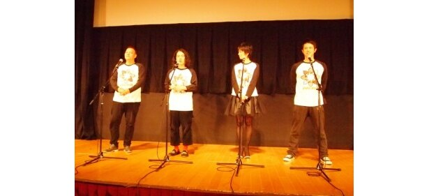 おそろいのTシャツで登場した中川通成監督、ピース・又吉、遠藤久美子、品川庄司・庄司の4人