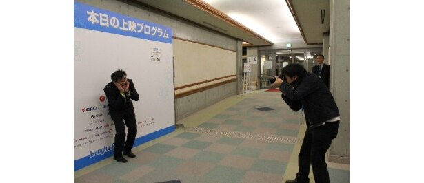沖縄国際映画祭PR用に一生懸命に写真ポーズを決める