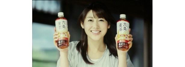 アサヒ飲料「六条麦茶」のイメージキャラクターに起用されることになった安めぐみ