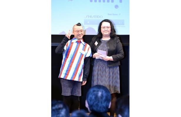 資生堂賞アプリ「Bar」。開発者・米倉宏治さんが欠席のため、奥さんが登壇することに