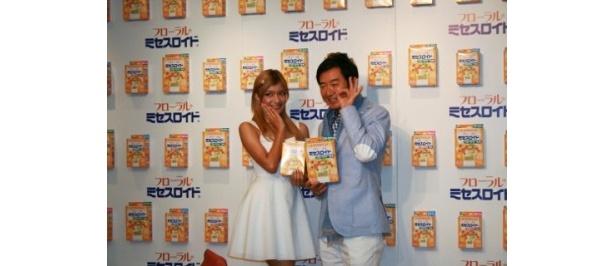 フローラルミセスロイドの新CM発表会に登場した(写真左から)ローラ、石田純一