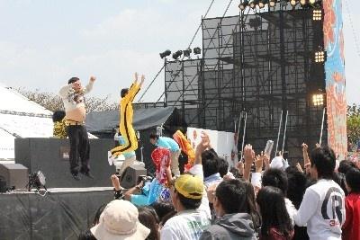 観客と一緒に飛び跳ねるダイノジの2人