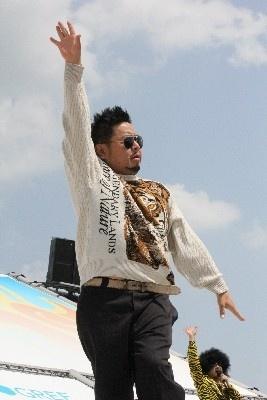 おなじみトラのセーターで大地が踊る!