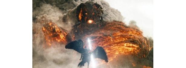 ペガサスに乗り、人類を地獄へと突き落とす巨神クロノスへ果敢に立ち向かうペルセウス