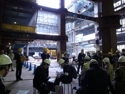 建設現場の内覧会に多くの報道関係者が集まった