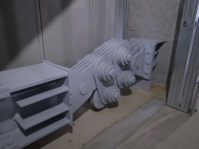 地震によるビルのゆれを軽減する回転摩擦ダンパー。ビルにはあらゆる地震対策が施されている