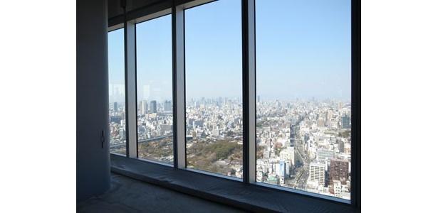 オフィスフロアは、窓ガラスが大きく開放的な空間。LED電球、自動消灯システムを採用するなど省エネに取り組んでいる