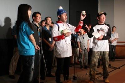 来場者に益子町の特産品「益子焼き」をプレゼントする一幕も