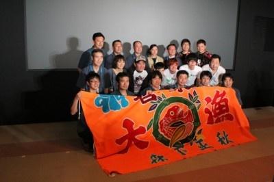"""大きな""""大漁""""旗で映画のヒットと地元の活性化を祈願"""