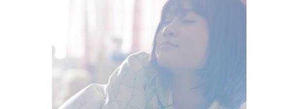 【写真】朝、自室のベッドの中で目覚める前田は、ご飯のおいしそうな匂いにつられて起き上がる