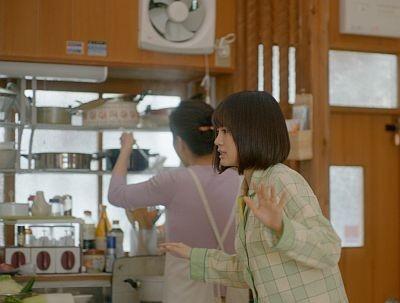 こっそり炊飯器に忍び寄るシーン